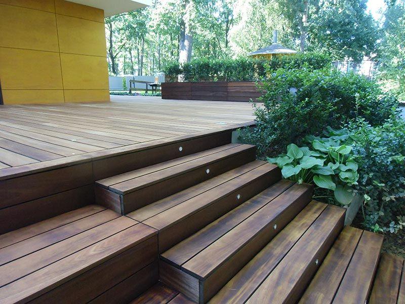 Maskierung der Unterkonstruktion der Holzterrasse mit Brettern und Pflanzen