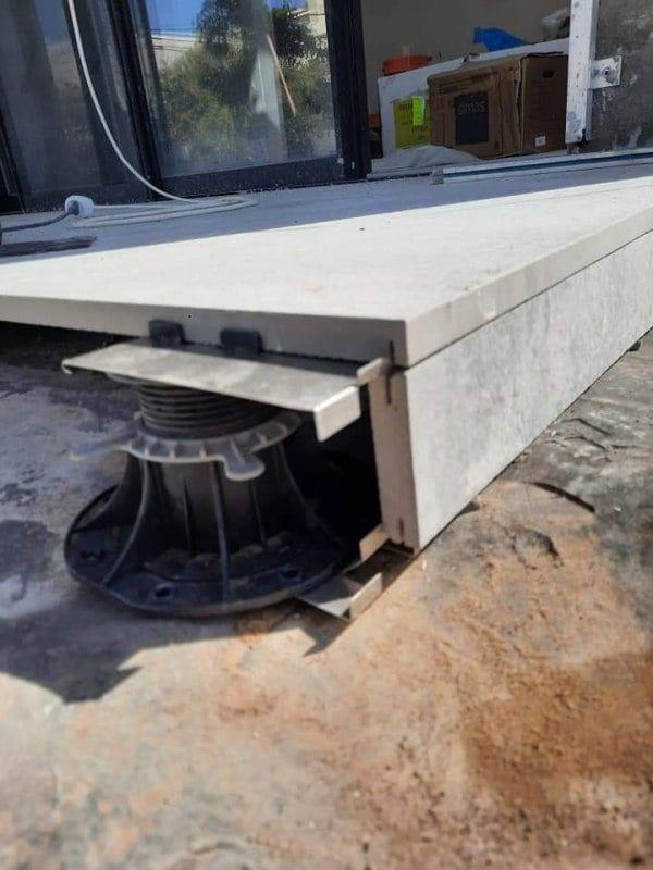 Maskierung der Terrassenunterkonstruktion auf verstellbaren Stelzlager