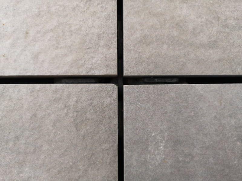 un espace entre les plaques en céramique 60x60