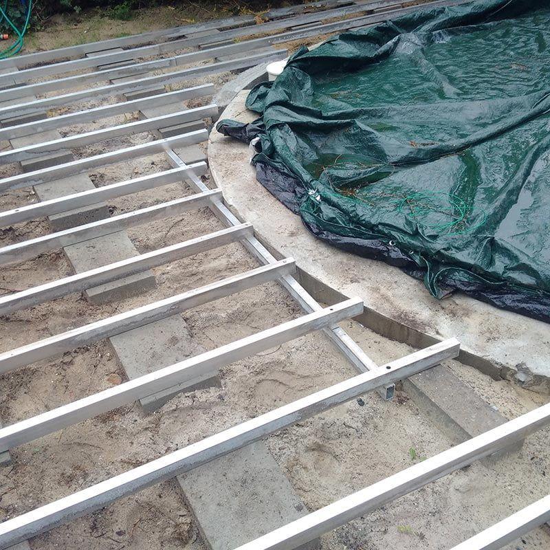 Gitterrost aus Aluminiumbalken unter der Terrasse