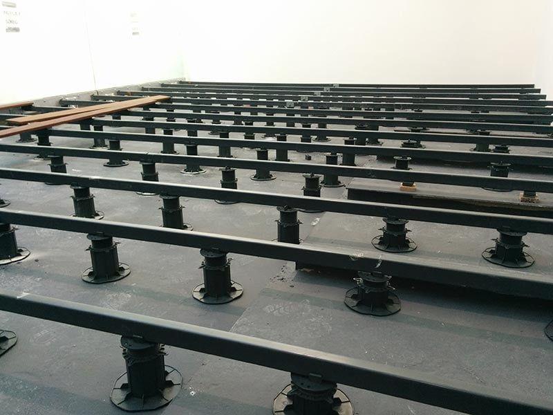 Struktur aus PVC-Trägern unter der Terrasse