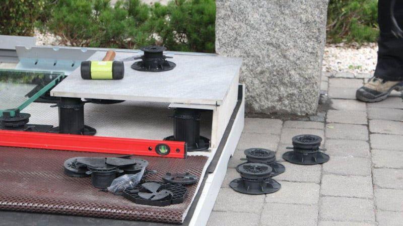 Comment faire soi-même une terrasse ventilée en dalles et graviers