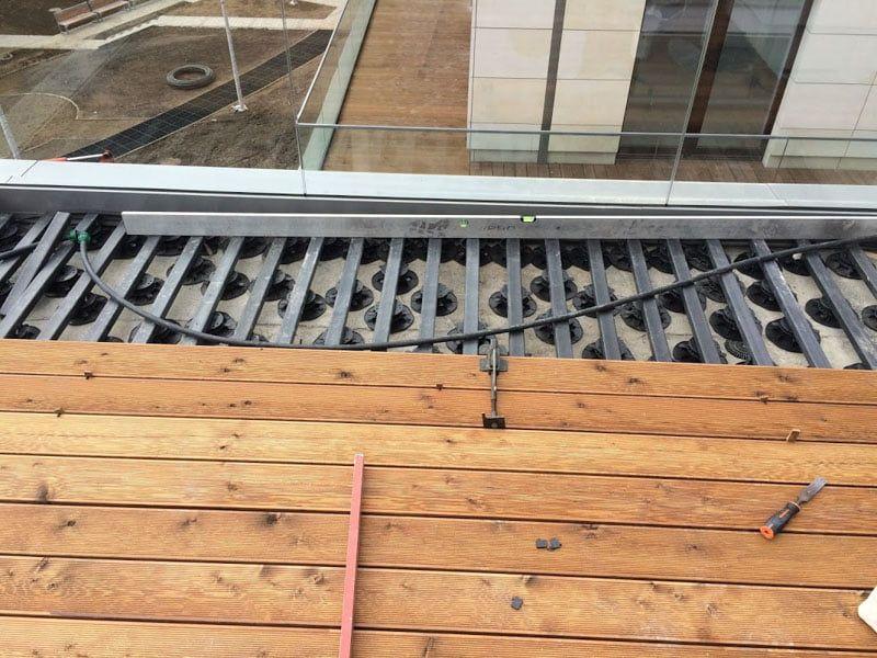 grille compactée de solives composites sous la terrasse platelage