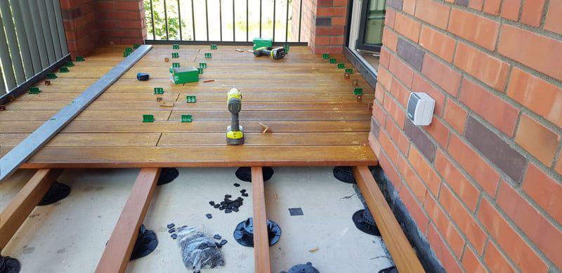 Terraza de tablones sobre soportes regulables de terraza