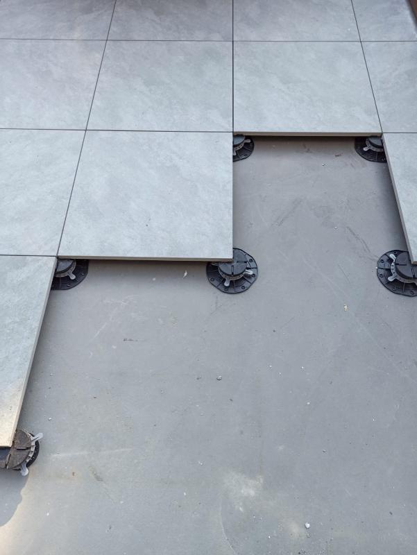 losa de terraza apoyada sobre soportes regulables