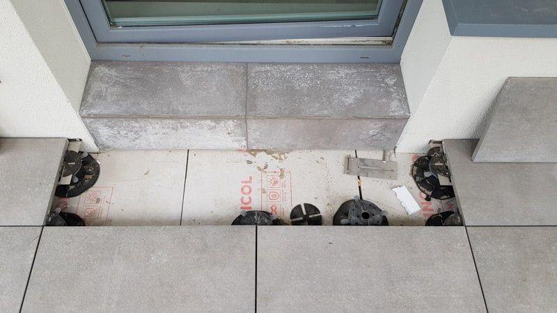 podniesienie poziomu płyt doprogu balkonowego