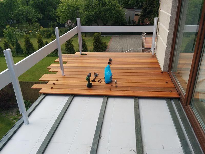 pose de planches exotiques sur le balcon