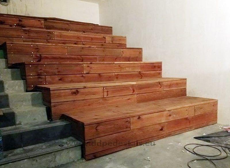 drewniane schody zsiedziskami wewnątrz budynku