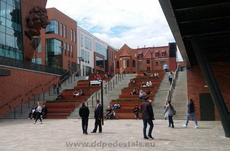 schody siedziska nawspornikach regulowanych