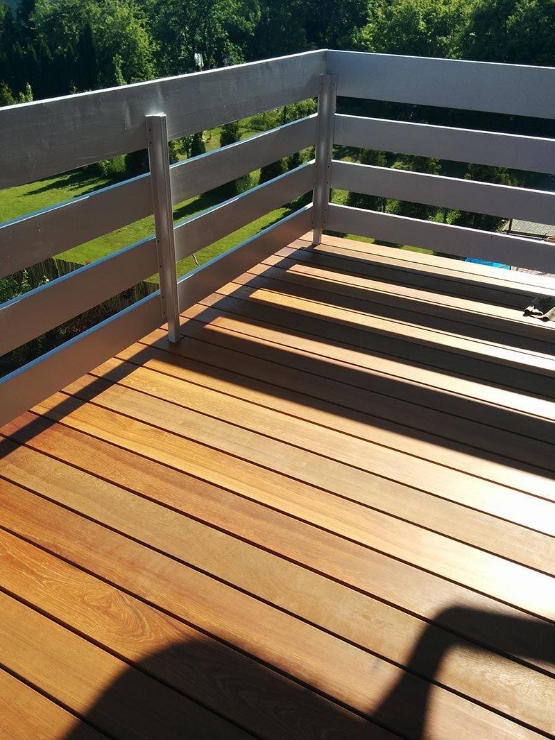 Tabla de madera en el balcón