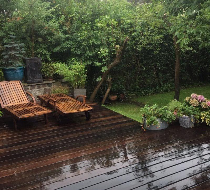 Terraza ajardinada de tablas sobre soportes regulables.
