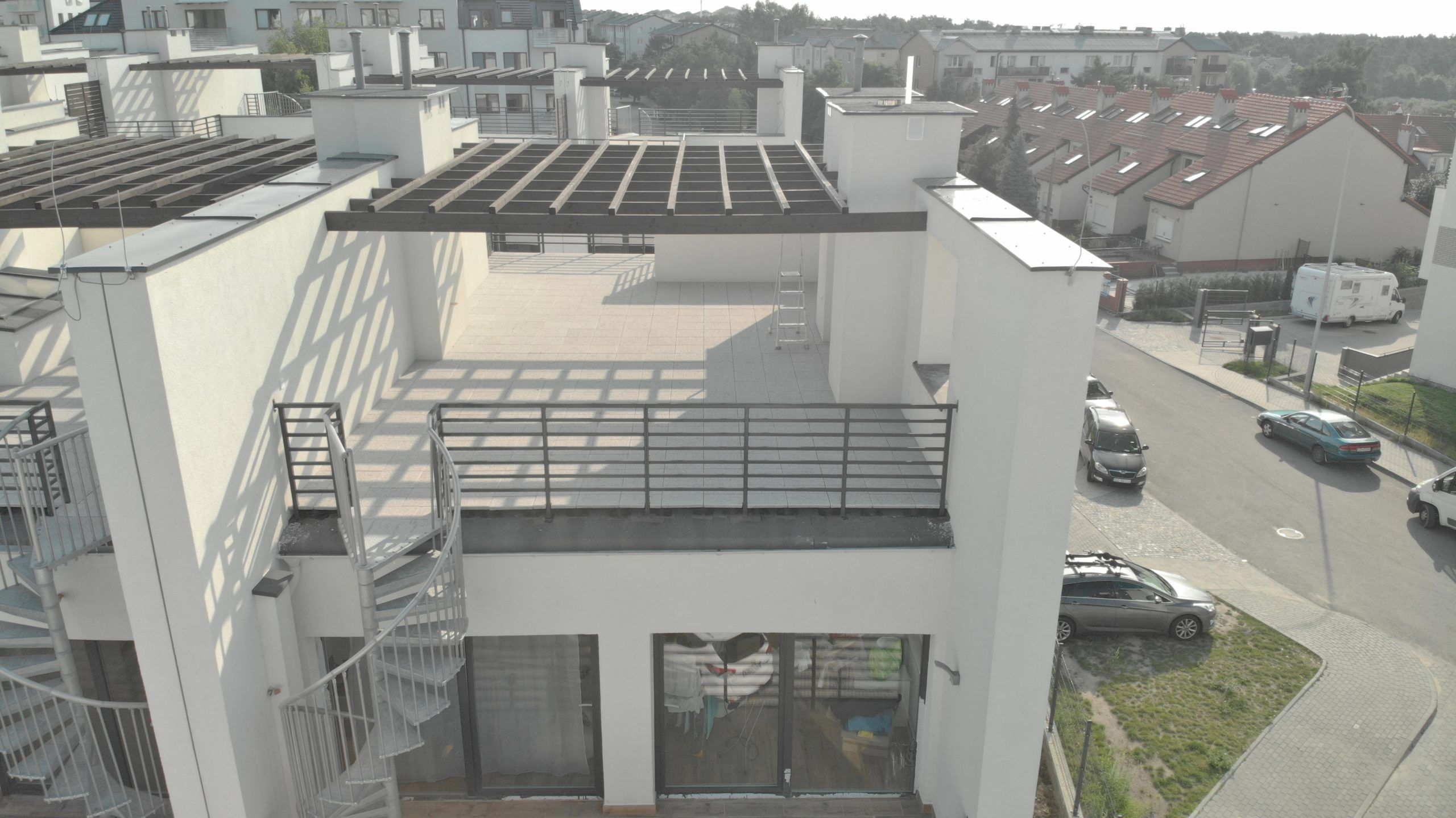 Terraza con tejas cerámicas en la azotea del edificio.