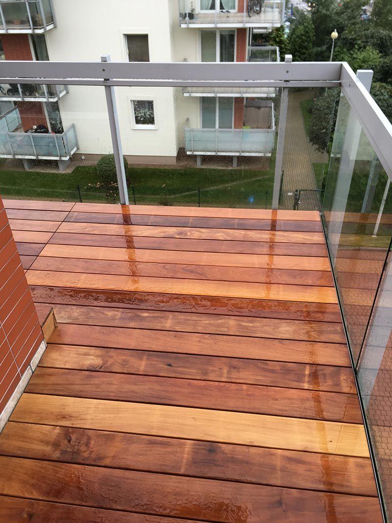 balcón hecho de tablas exóticas