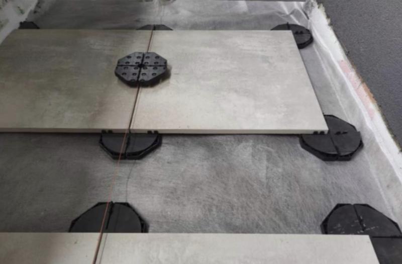 płyty tarasowe ustawione napodstawkach ostałej wysokości