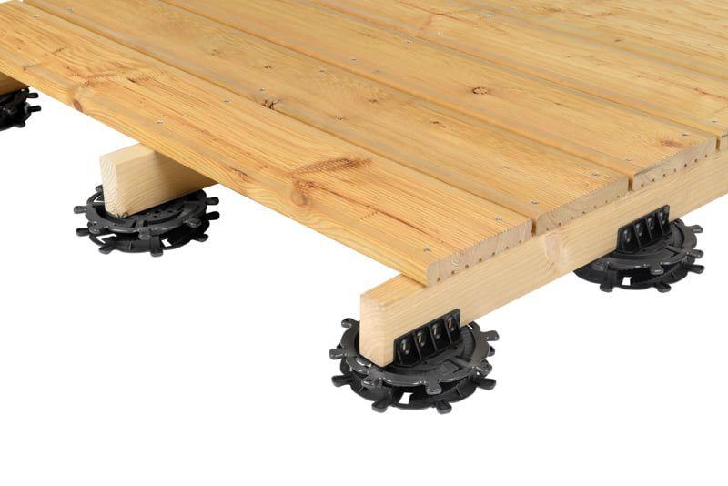 cubierta de madera levantada sobre soportes regulables