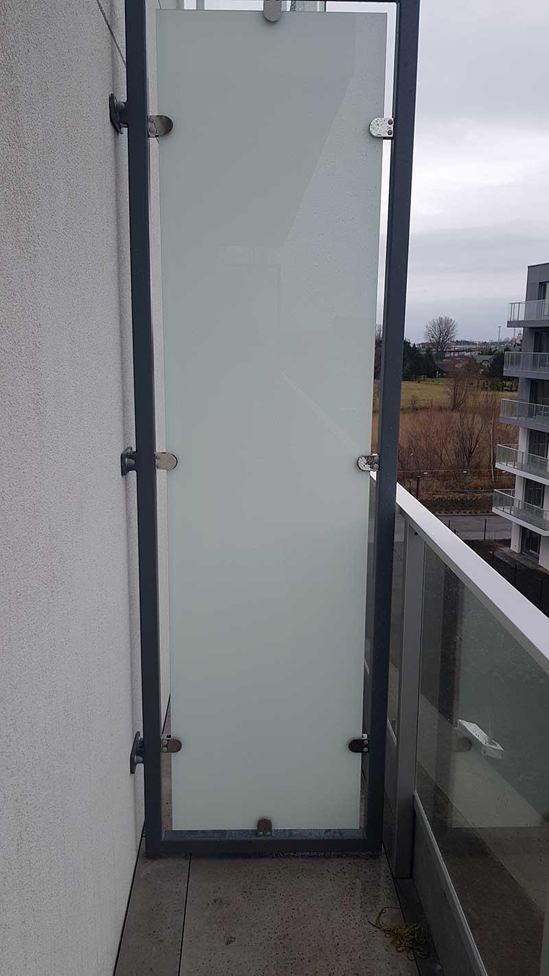 Trennwand des Balkons mit Platten