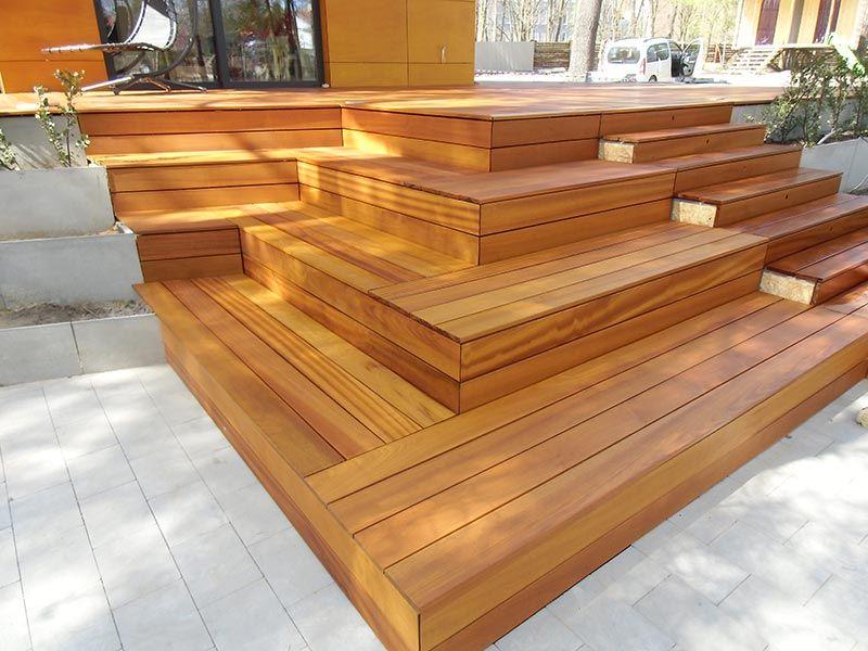 taras z drewna egzotycznego na regulowanych wspornikach tarasowych
