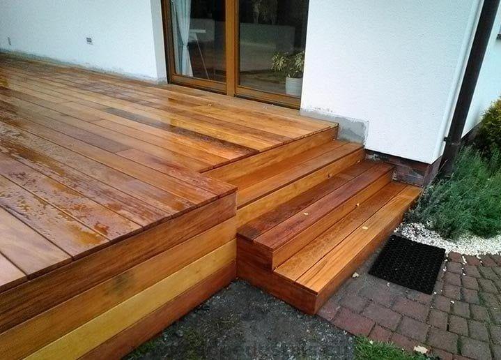 ocultando la subestructura hecha de soportes de terraza regulados por tablas de madera